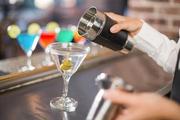 Eingießender cocktail des barkeepers Premium Fotos
