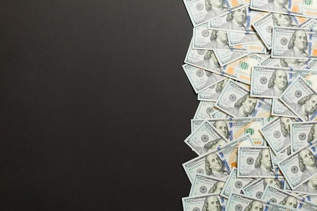 Einhundert dollar banknoten auf farbiger draufsicht, mit leerem platz für ihr textgeschäftsgeldkonzept. einhundert dollar. Premium Fotos