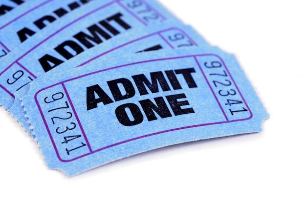 Einige blaue eintrittskarten auf einem weißbuchhintergrund. Premium Fotos