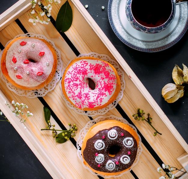 Einige donuts mit verschiedenen belägen Kostenlose Fotos