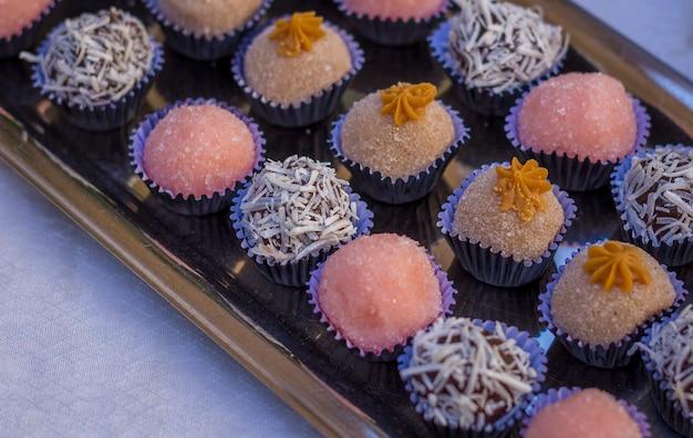 Einige geburtstagssüßigkeiten aus erdbeer- und kokosschokolade Premium Fotos