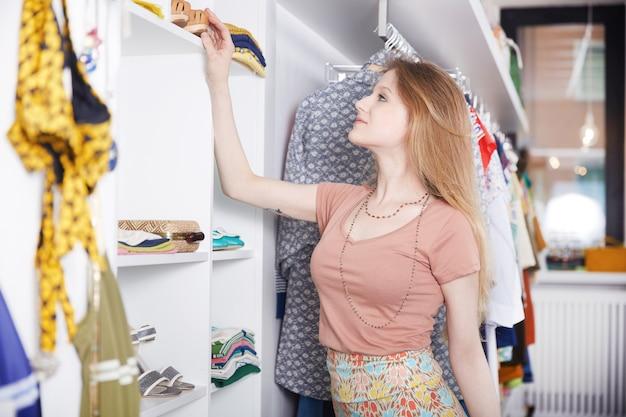 Einkaufen im modegeschäft Premium Fotos