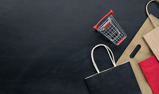 Einkaufskonzept. schwarzer freitag hintergrund. platz für text. flach liegen Premium Fotos