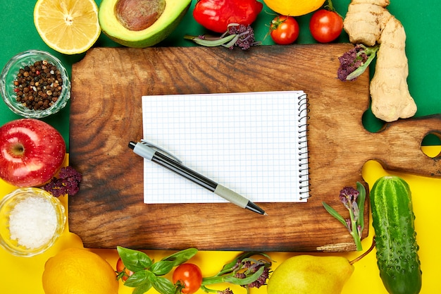 Einkaufsliste, rezeptbuch, diätplan. diät oder veganes essen Premium Fotos