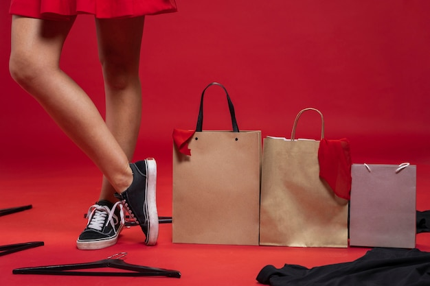Einkaufstaschen auf dem boden mit rotem hintergrund Kostenlose Fotos