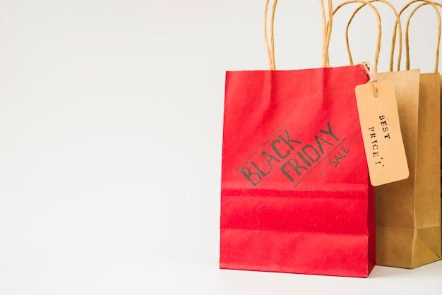 Einkaufstaschen des roten und braunen papiers mit verkaufsmarke Kostenlose Fotos