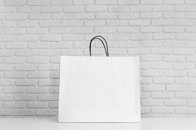 Einkaufstüten auf dem tisch Premium Fotos