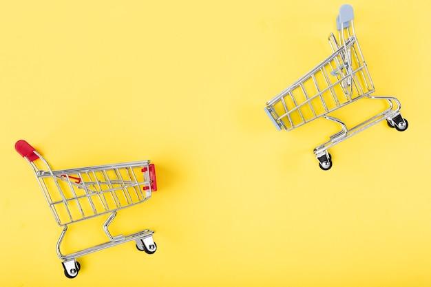 Einkaufswagen, die sich gegenüberstehen Kostenlose Fotos