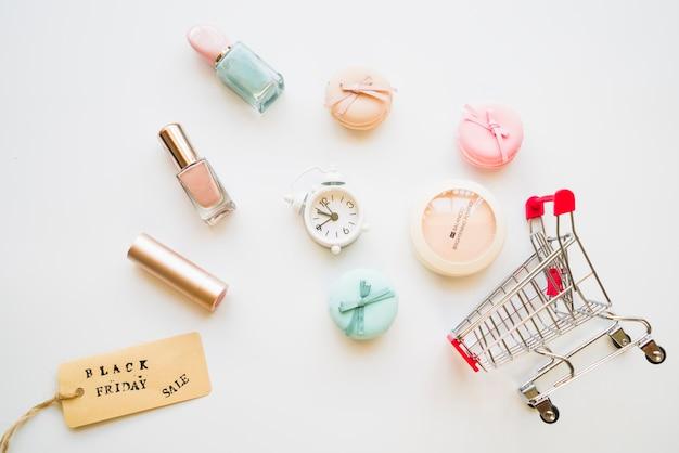 Einkaufswagen mit kleinen snooze, makronen, verkaufstag und nagellack Kostenlose Fotos