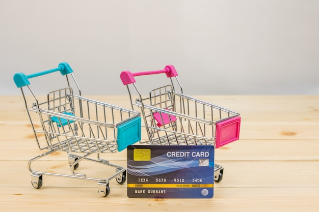Einkaufswagen modelle mit der kreditkarte. e-commerce einkaufen. Premium Fotos