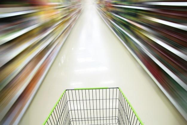 Einkaufswagen und unscharfer supermarkt Premium Fotos