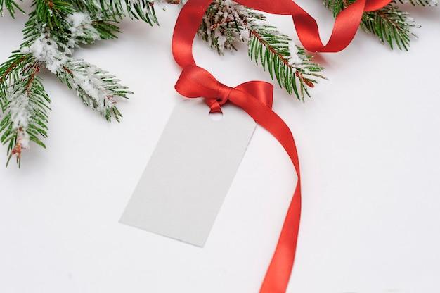 Einladungskartenverkauf für weihnachten mit einem roten bogen Premium Fotos