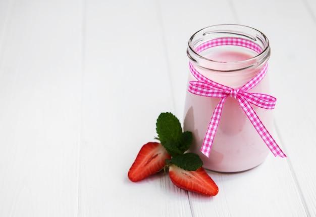 Einmachglas mit erdbeerjoghurt Premium Fotos