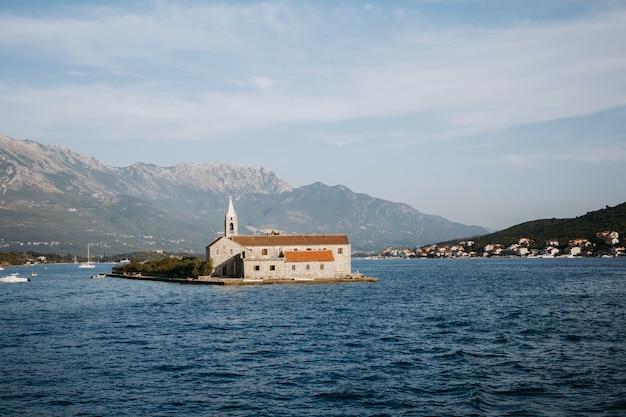 Einsame kirche auf der insel mitten in einem see Kostenlose Fotos