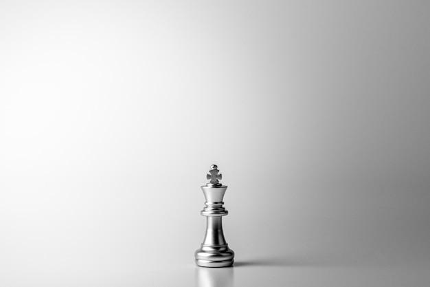 Einsamer königschach, der auf weißem hintergrund steht Premium Fotos