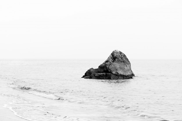 Einsamer rock minimalistisches monochrom-seestück Kostenlose Fotos