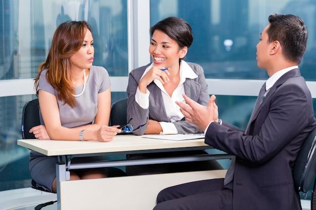 Einstellungskandidat des asiatischen einstellungsteams im vorstellungsgespräch Premium Fotos
