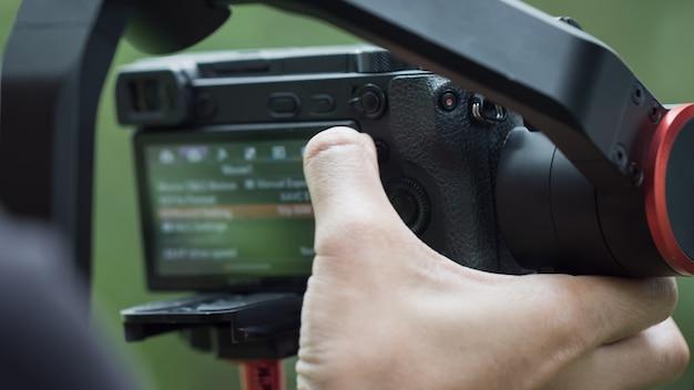 Einstellungsmenükamera ohne video oder professionellen digitalen spiegel auf stativkran für die aufnahme von fotos Premium Fotos