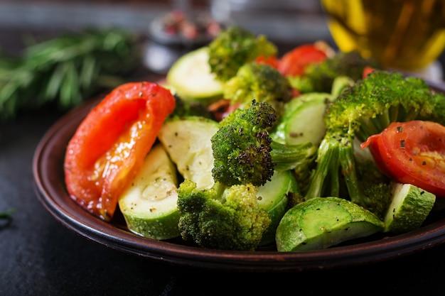 Eintopf mit gebackenem gemüse. gesundes essen. richtige ernährung. veganes gericht Premium Fotos