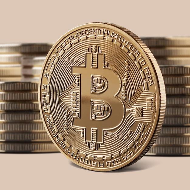 Einzelne bitcoin-goldmünze oder ikone, die vor stapel von münzen steht. kryptowährung und blockchain-konzept, Premium Fotos