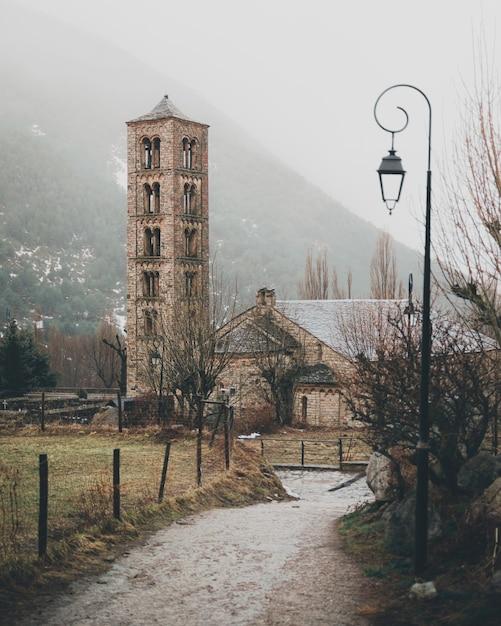 Einzigartiger glockenturm der römischen kirche Kostenlose Fotos