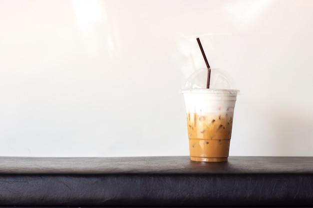 Eis-cappuccino im plastikbecher. auf weißem hintergrund mit kopienraum. erfrischungsgetränk. Premium Fotos
