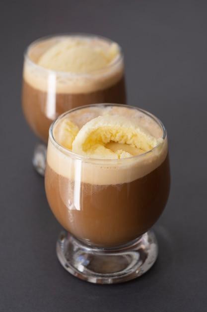 Eis und kaffee espresso. erfrischungsgetränk des köstlichen sommers im glas. Premium Fotos