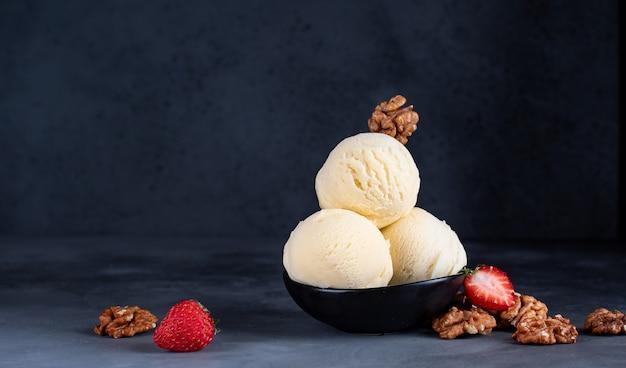 Eisbällchen mit erdbeeren und walnüssen Premium Fotos