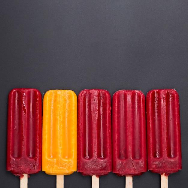 Eiscreme auf dem stock ausgerichtet auf tabelle Kostenlose Fotos