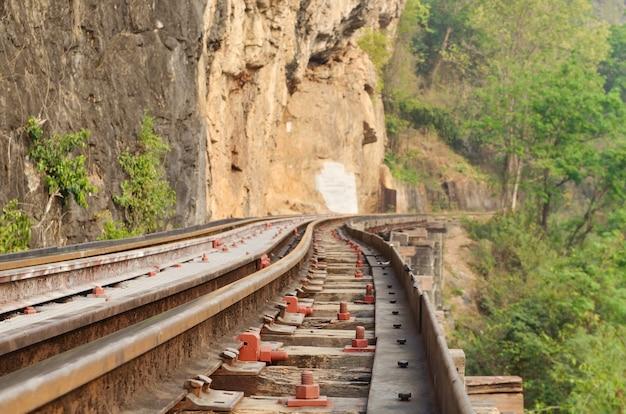 Eisenbahn auf kwai-fluss in thailand Premium Fotos
