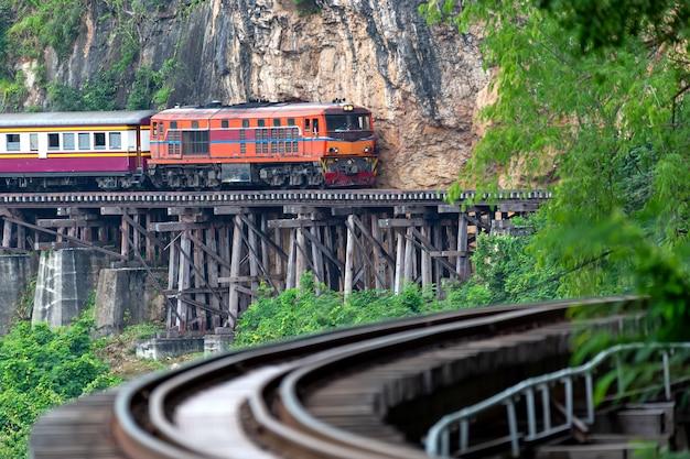 Eisenbahnen des zweiten weltkriegs in kanchanaburi thailand Premium Fotos