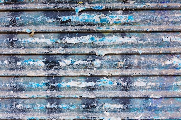 Eisentürbeschaffenheit des schmutzes rostige mit streifen und alten papieren Premium Fotos