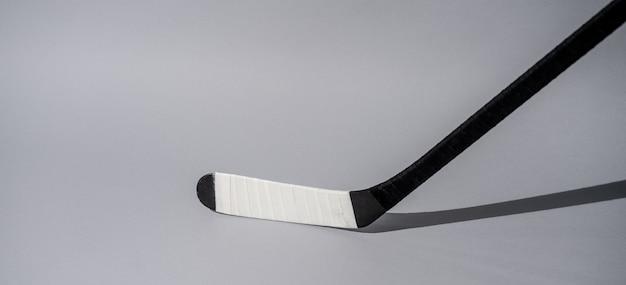 Eishockeyschläger auf lokalisiertem weißem hintergrund, ausrüstung für hockeyspieler Premium Fotos