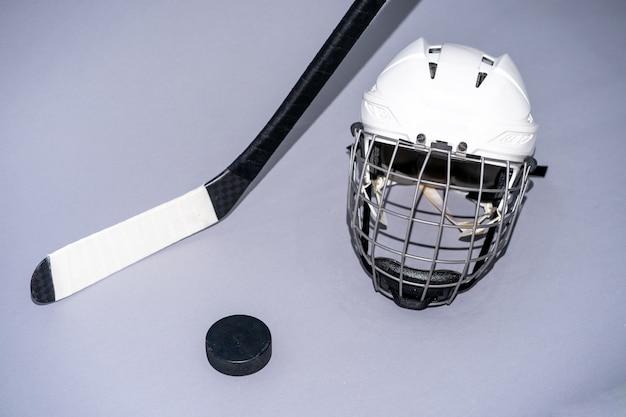Eishockeyschläger auf lokalisiertem weißem hintergrund Premium Fotos