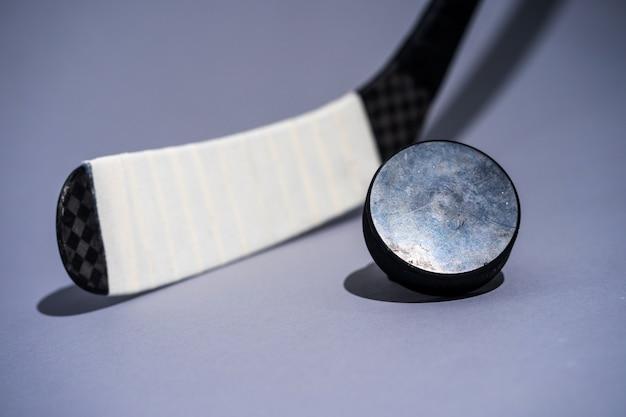 Eishockeyschläger und kobold auf lokalisiertem weißem hintergrund Premium Fotos