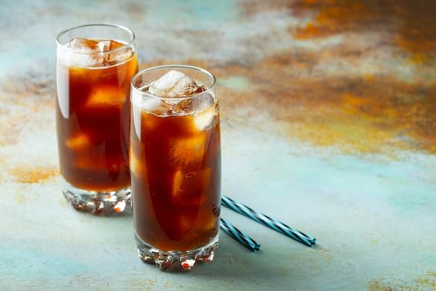 Eiskaffee in einem hohen glas mit sahne Premium Fotos