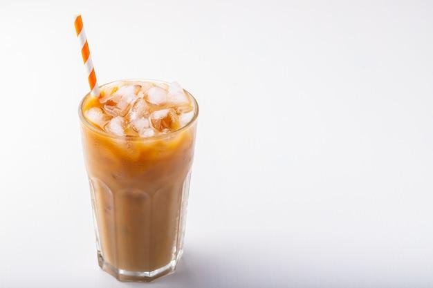 Eiskaffee in einem hohen glas mit sahne. Premium Fotos