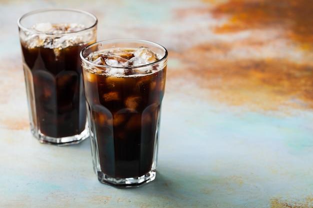 Eiskaffee in einem hohen glas. Premium Fotos