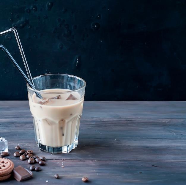Eiskaffee mit milch im glas Premium Fotos