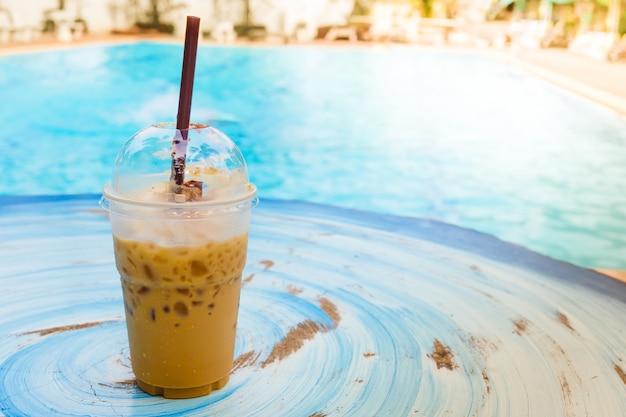 Eiskaffee mit swimmingpool Premium Fotos