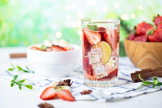 Eiskalte limonade der gesunden auffrischungsenergie erdbeermit kalk Premium Fotos