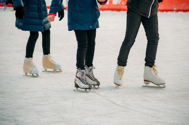 Eislaufen auf der eisbahn Premium Fotos