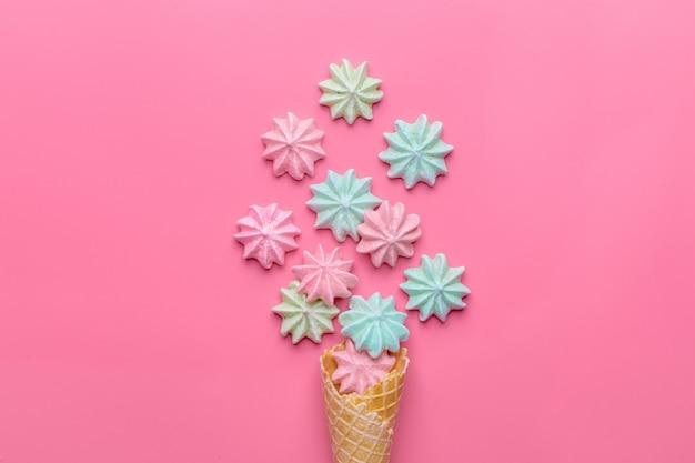 Eistüte mit meringen auf rosa Premium Fotos