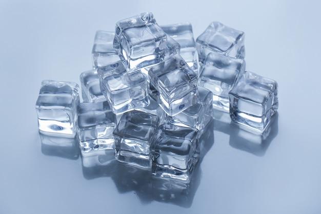 Eiswürfel auf dem tisch Kostenlose Fotos
