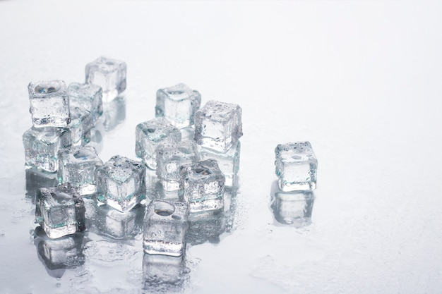 Eiswürfel . kühlkonzept, speiseeis. Premium Fotos