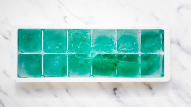 Eiswürfelschale mit türkisfarbenen blöcken Kostenlose Fotos