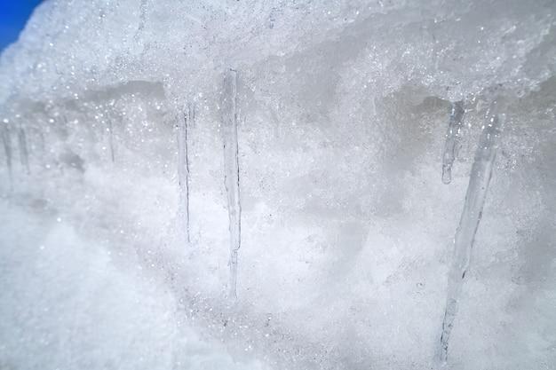 Eiszapfen in einer straßenseite Premium Fotos
