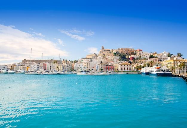 Eivissa ibiza stadt mit kirche unter blauem himmel Premium Fotos