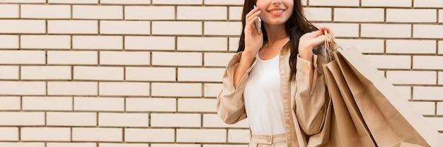 Elegant gekleidete frau, die am telefon spricht Kostenlose Fotos