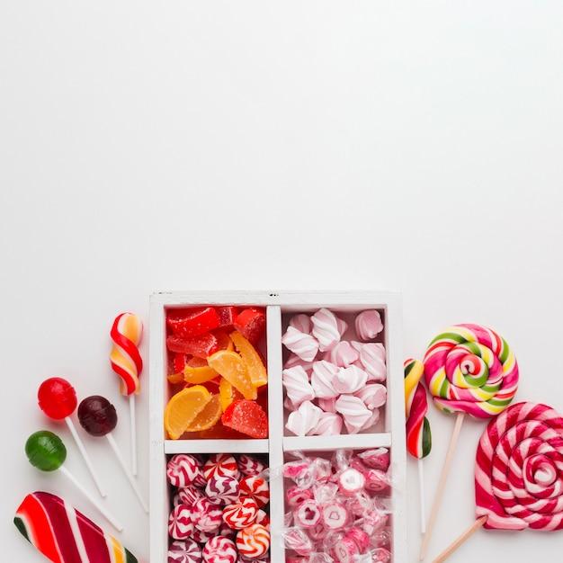 Elegante anordnung für süßigkeiten mit kopienraum Kostenlose Fotos
